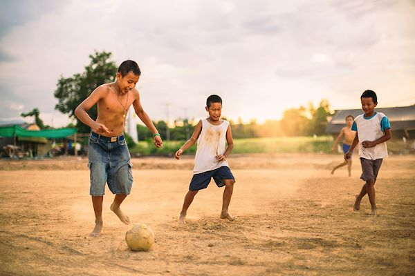 Enfants jouant au football - Nateejindakum/stock.adobe.com