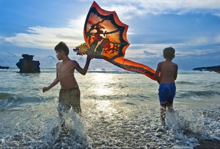 Enfants Jouant Avec Un Cerf Volant Devant Le Temple De Purah Tanah Lot    Bali