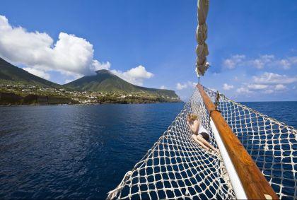 Cabotage dans les îles éoliennes classées au patrimoine mondial de l'UNESCO - Sicile - Italie - Jean-Pierre Degas/hemis.fr