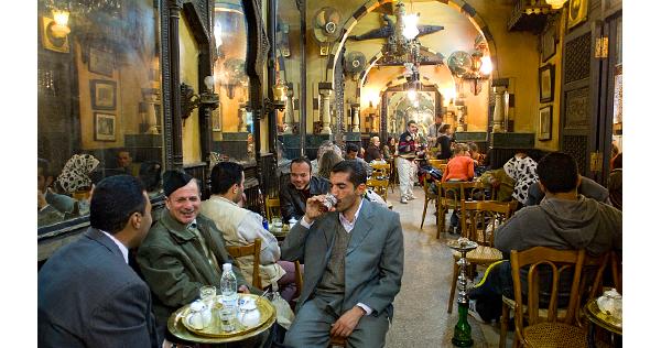 Le café Fichaoui dans le souk Khan El Khalili au Caire – Egypte